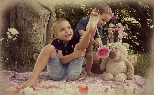 zdjęcia dzieci w ogrodzie