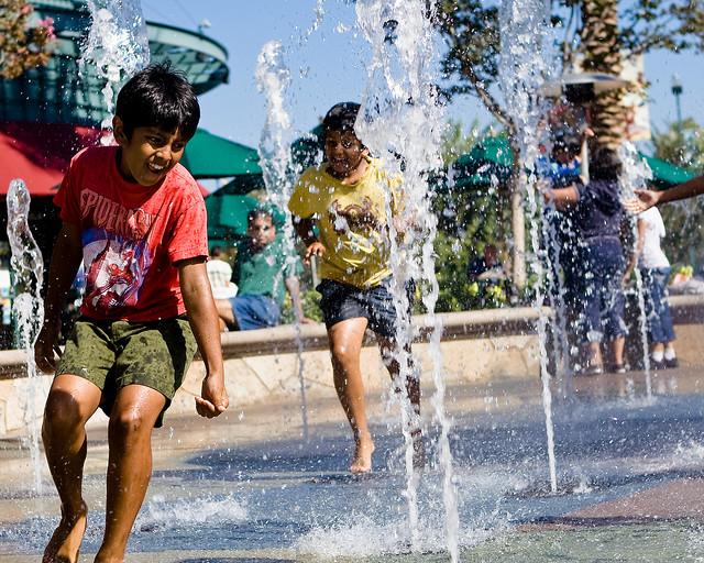 zabawa dzieci w wodzie