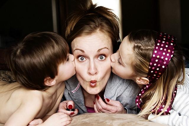 dzieci całują mamę