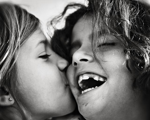 całujące się dzieci