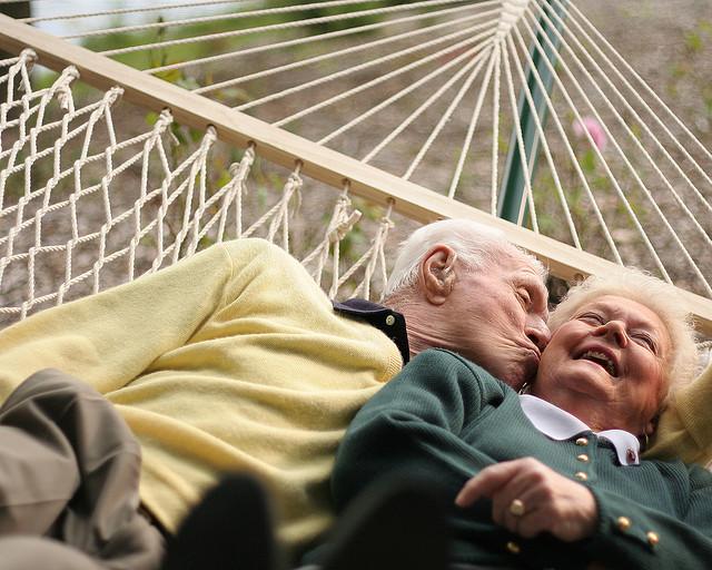 caująca się para staruszków